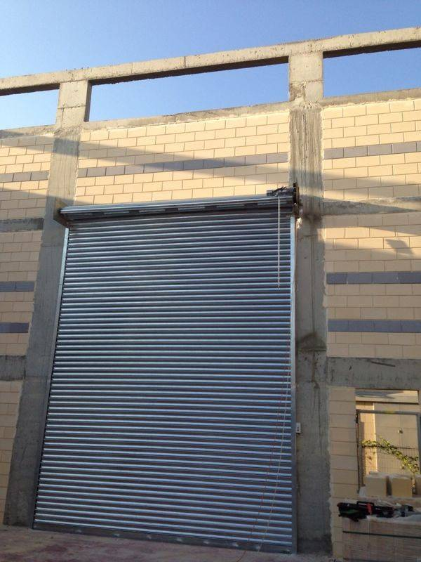דלתות ושערי גלילה לשימוש תעשייתי